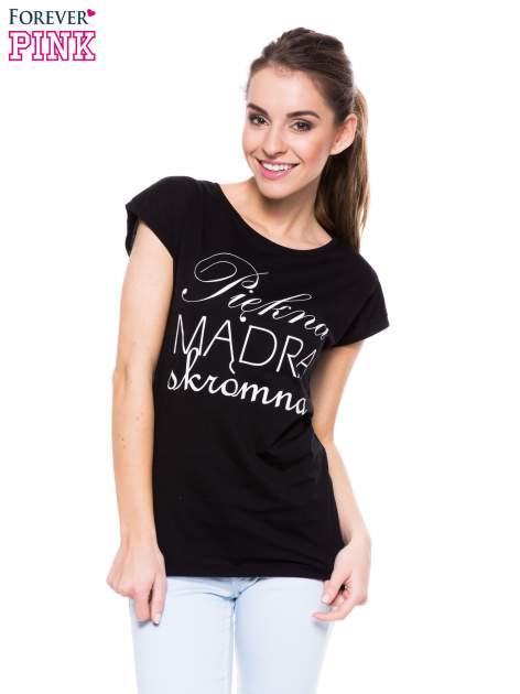 Czarny t-shirt z nadrukiem tekstowym PIĘKNA MĄDRA SKROMNA                                  zdj.                                  1