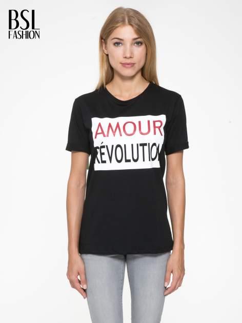 Czarny t-shirt z napisem AMOUR RÉVOLUTION                                  zdj.                                  1