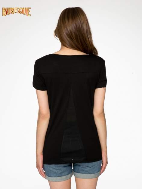 Czarny t-shirt z napisem SORRY I'M SUPER FRESH z dżetami                                  zdj.                                  4
