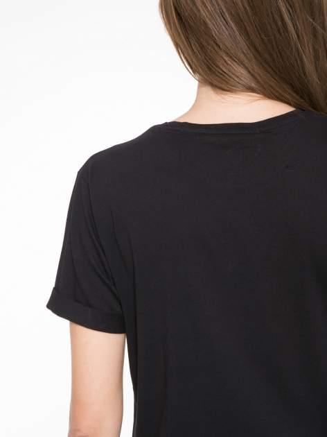 Czarny t-shirt z napisem SWEAR ON CHANEL                                  zdj.                                  8