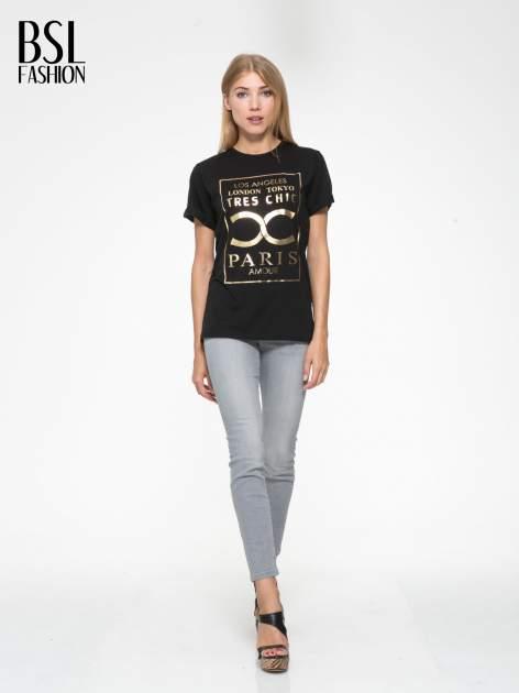 Czarny t-shirt z nazwami stolic mody                                  zdj.                                  5
