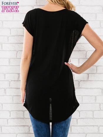 Czarny t-shirt z przedłużanym tyłem                                  zdj.                                  4
