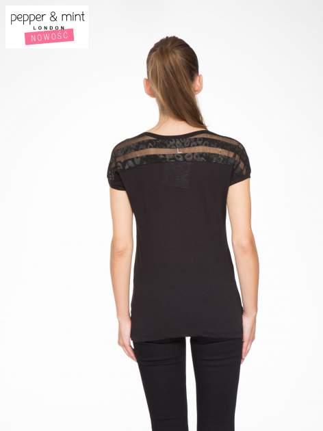 Czarny t-shirt z tiulowo-panterkową wstawką przy ramionach                                  zdj.                                  4