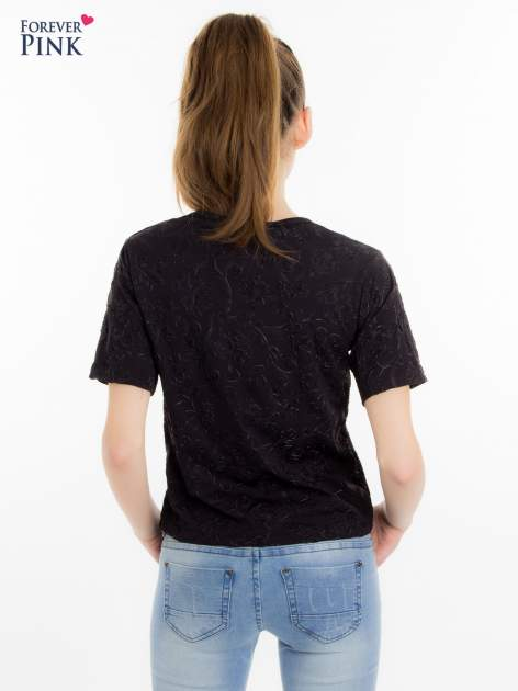 Czarny t-shirt z wytłaczanym kwiatowym ornamentem                                  zdj.                                  3