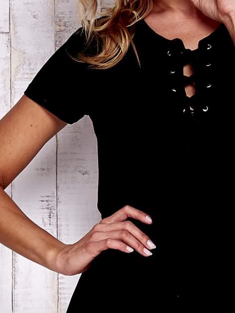 Czarny t-shirt ze sznurowanym dekoltem lace up                                  zdj.                                  5
