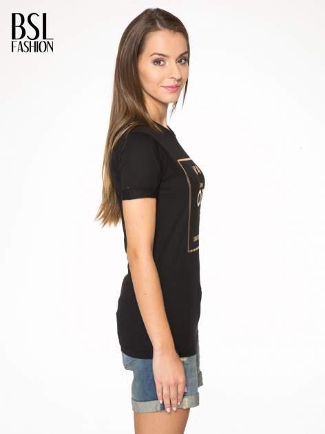 Czarny t-shirt ze złotym nadrukiem NO. 4 COCO                                  zdj.                                  3
