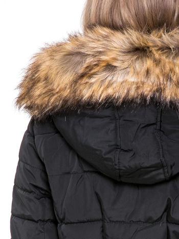 Czarny taliowany płaszcz puchowy z kapturem z futerkiem                                  zdj.                                  10