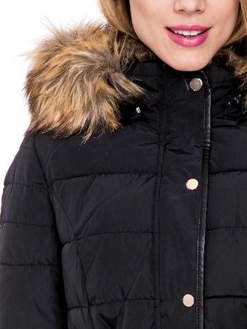 Czarny taliowany płaszcz puchowy z kapturem z futerkiem                                  zdj.                                  7