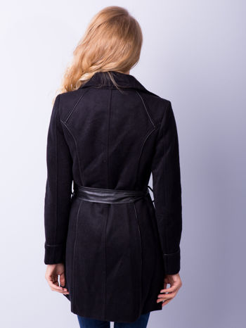 Czarny wełniany płaszcz ze skórzanym paskiem                                  zdj.                                  3