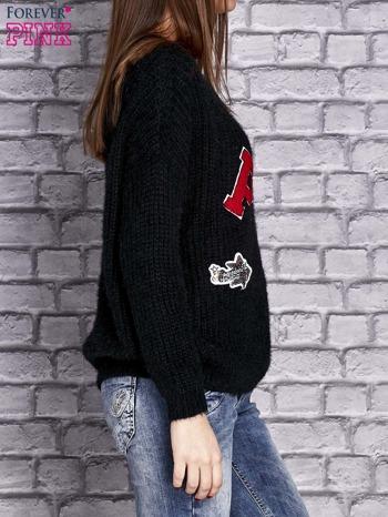 Czarny włochaty sweter z naszywkami                                  zdj.                                  4