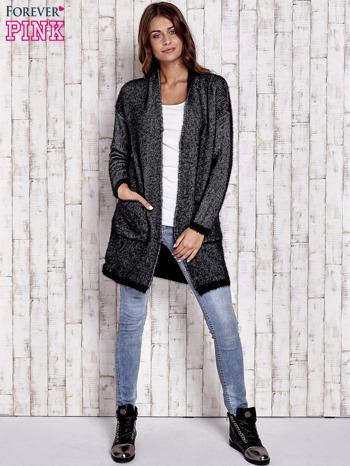 Czarny włochaty sweter z otwartym dekoltem                                  zdj.                                  2