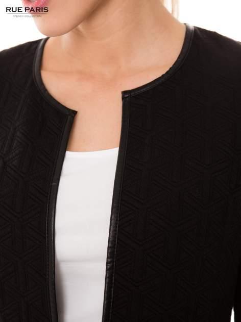 Czarny żakiet wykończony skórzaną lamówką z dzianiny wytłaczanej w geometryczny wzór                                  zdj.                                  3