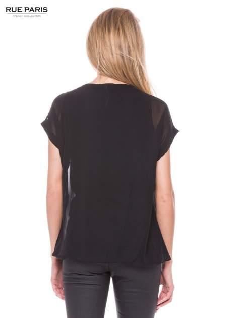 Czarny zwiewny t-shirt z plisami na dekolcie                                  zdj.                                  3