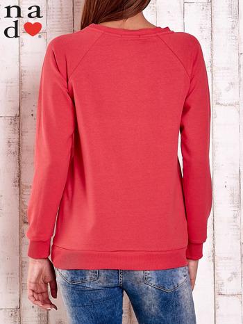 Czerwona bluza z nadrukiem serca i napisem JE T'AIME                                   zdj.                                  4