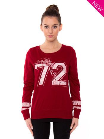 Czerwona bluza z numerem w stylu collage