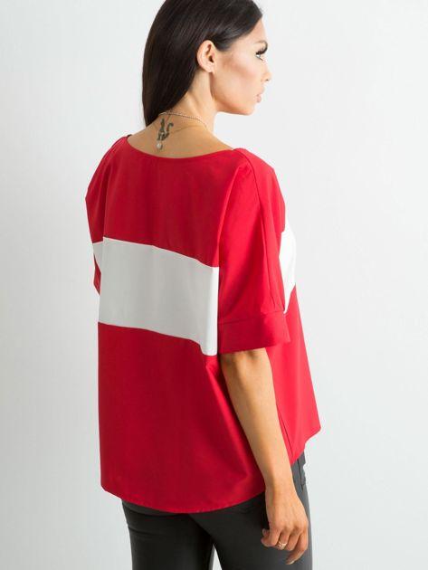 Czerwona bluzka z kontrastową wstawką                              zdj.                              2
