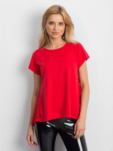 Czerwona bluzka z koronkową wstawką na plecach                              zdj.                              1