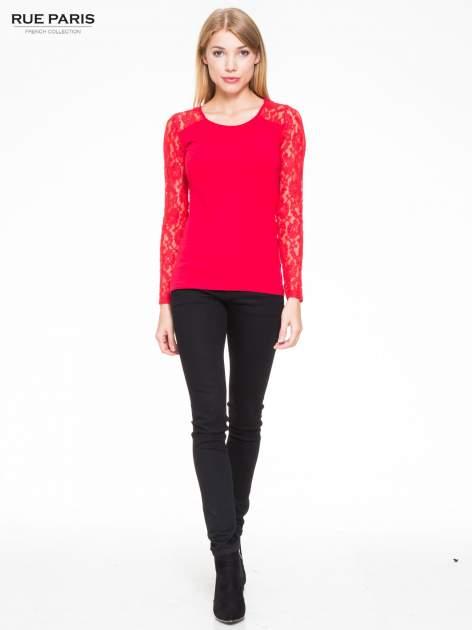 Czerwona bluzka z koronkowymi rękawami                                  zdj.                                  2