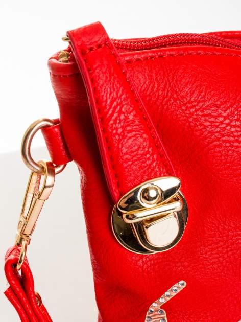 Czerwona kopertówka z dżetami motyw wąsów                                  zdj.                                  4