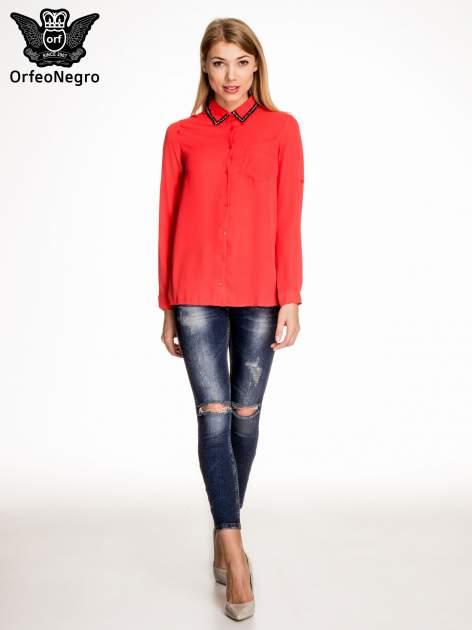 Czerwona koszula z kołnierzykiem zdobionym cekinami i kieszonką                                  zdj.                                  2