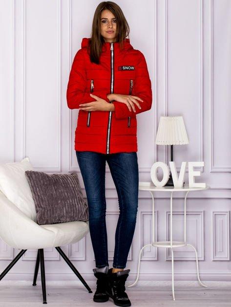 Czerwona kurtka przejściowa z błyszczącymi suwakami                                  zdj.                                  4