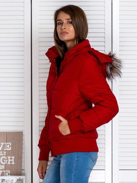 Czerwona kurtka puchowa z kapturem z futerkiem                                  zdj.                                  3