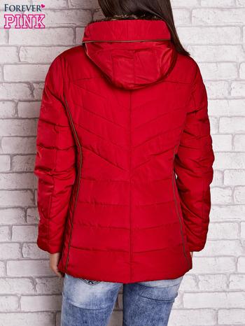 Czerwona kurtka zimowa ze skórzaną lamówką i futrzanym kapturem                                  zdj.                                  2