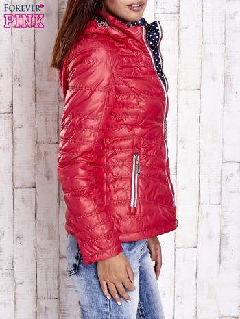 Czerwona pikowana kurtka z wykończeniem w groszki                                  zdj.                                  3