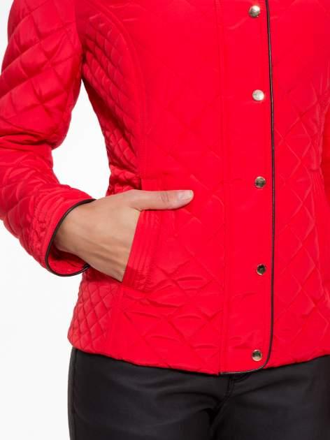 Czerwona pikowana kurtka ze skórzaną lamówką                                  zdj.                                  8