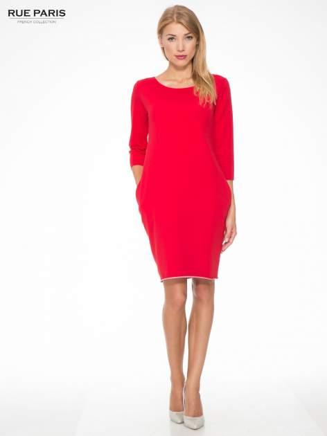 Czerwona prosta sukienka z surowym wykończeniem i kieszeniami                                  zdj.                                  2