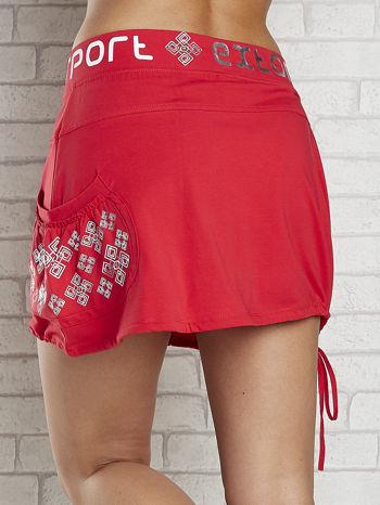 Czerwona spódnica dresowa z nadrukami i troczkiem na dole                                  zdj.                                  6