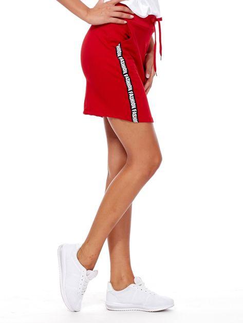 Czerwona spódnica z tekstowymi lampasami                              zdj.                              5