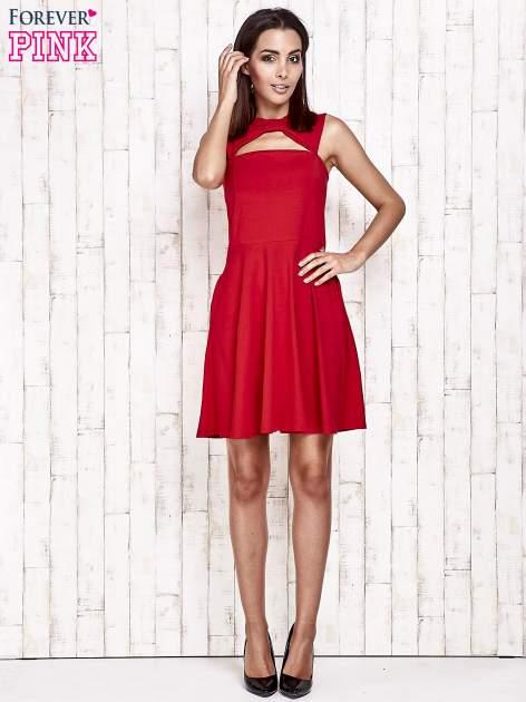 Czerwona sukienka dresowa z dekoltem cut out z kokardą                                  zdj.                                  2
