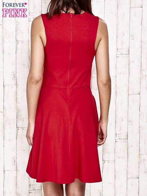 Czerwona sukienka dresowa z dekoltem cut out z kokardą                                  zdj.                                  4