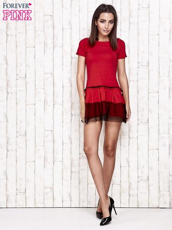 Czerwona sukienka dresowa z kontrafałdami i tiulem w groszki                                  zdj.                                  2