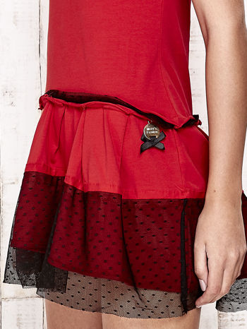 Czerwona sukienka dresowa z kontrafałdami i tiulem w groszki                                  zdj.                                  5