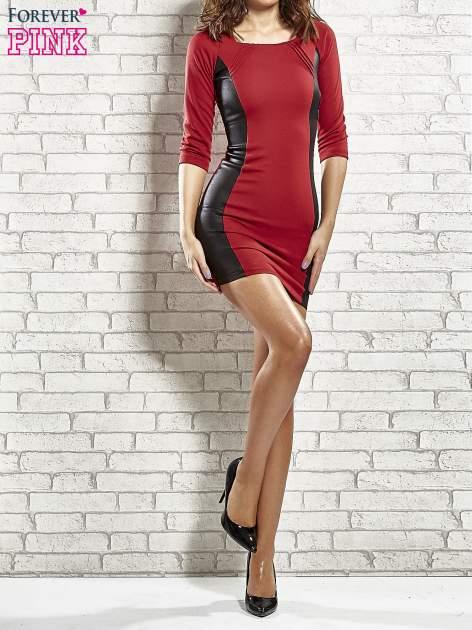 Czerwona sukienka tuba ze skórzanymi modułami                                  zdj.                                  2