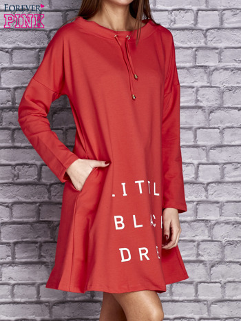 Czerwona sukienka z napisem LITTLE BLACK DRESS                                  zdj.                                  4