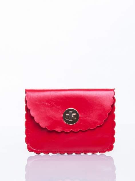 Czerwona torebka listonoszka z falowanym wykończeniem