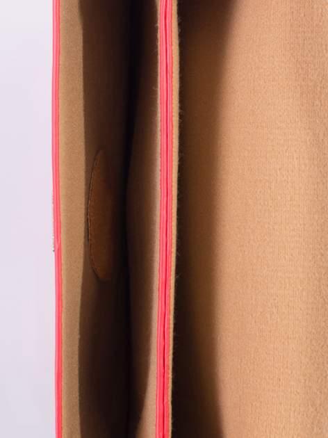 Czerwona torebka listonoszka z falowanym wykończeniem                                  zdj.                                  6