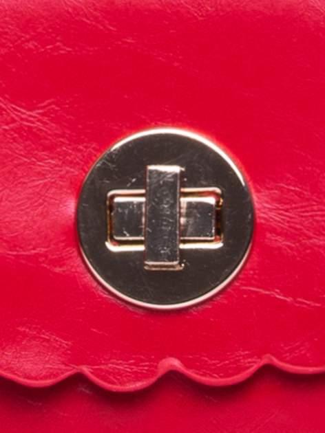 Czerwona torebka listonoszka z falowanym wykończeniem                                  zdj.                                  8