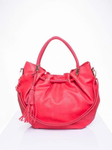 Czerwona torebka z plecionymi uchwytami i frędzlami