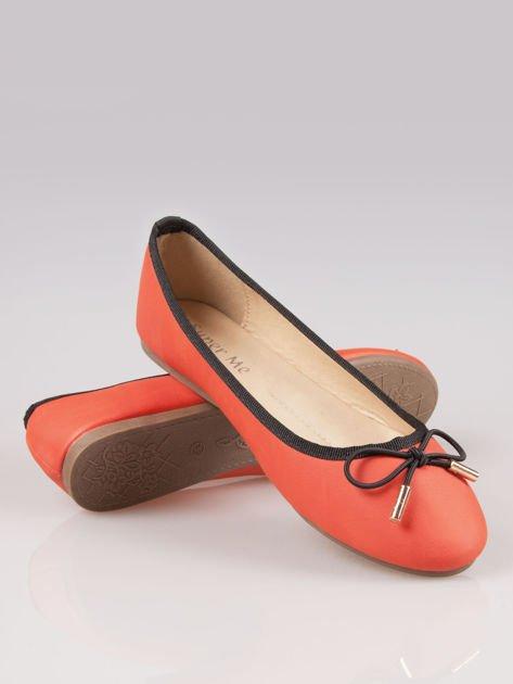 Czerwone balerinki faux leather Amber z ozdobną kokardką                                  zdj.                                  4
