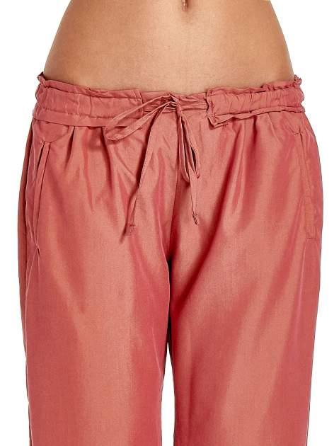 Czerwone lejące spodnie wiązane w pasie                                  zdj.                                  5