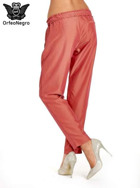 Czerwone lejące spodnie wiązane w pasie                                  zdj.                                  2