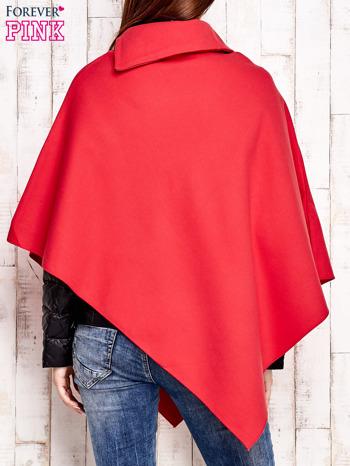 Czerwone poncho z biżuteryjną przypinką                                  zdj.                                  4