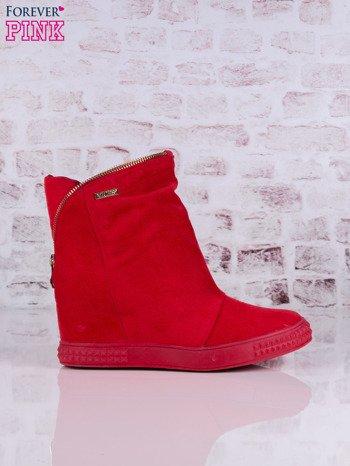 Czerwone sneakresy na koturnach Jillie z suwakiem dookoła cholewki
