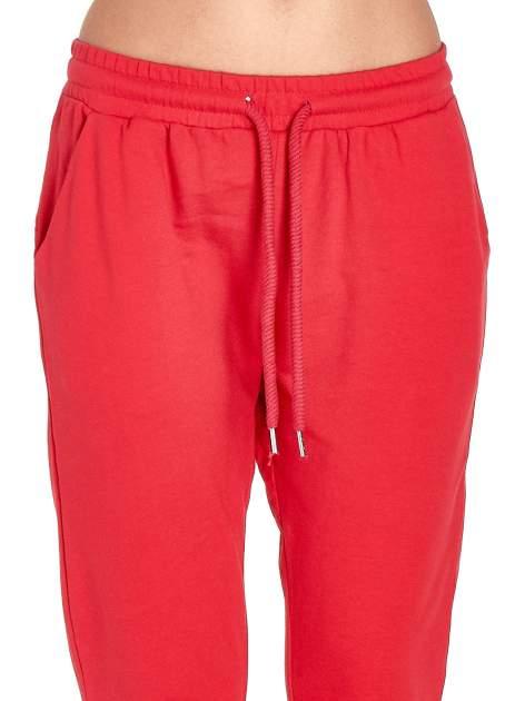 Czerwone spodnie dresowe z powijaną nogawką                                  zdj.                                  4