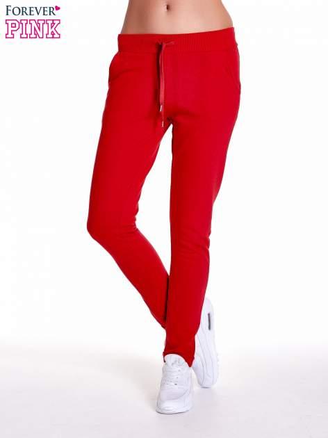 Czerwone spodnie dresowe z prostą nogawką                                  zdj.                                  1