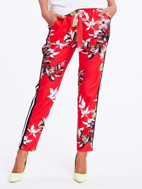 Czerwone spodnie w kwiaty z lampasami                              zdj.                              2